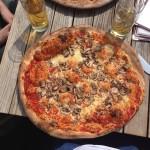 Mittagspause mit überdimensionierter Pizza
